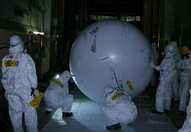 """Япония – АЕЦ """"Фукушима-1"""" – балон обследва в зданието на първи блок – снимки"""