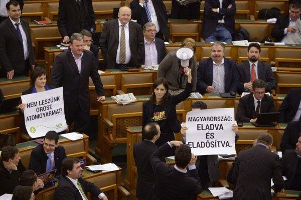 """Унгарският парламент прие междуправителственото споразумение за разширяването на АЕЦ """"Пакш""""."""