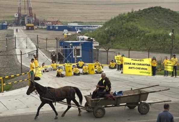 """Румъния – активисти на GreenPeace блокираха проучвателна сонда на """"Шеврон"""" за шистов газ"""