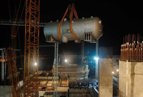 В реакторно отделение на първи блок на Ленинградската АЕЦ-2 започна монтажът на главният циркулационен тръбопровод