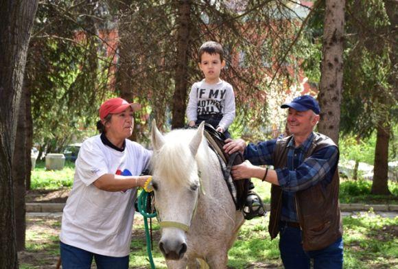"""Децата-аутисти от дневен център """"Дъга"""" отбелязаха по забележителен начин своя Ден"""