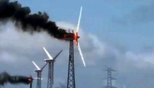 Индия – два вятърни генератора се подпалиха едновременно – видео