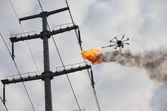 В Китай почистват високоволтовите електропроводи с дронове