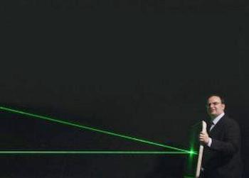 Нов метаматериал ще защитава пилотите от гражданската авиация срещу заслепяване с лазери