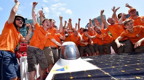 В Австралия започна рали на автомобили със слънчеви батерии
