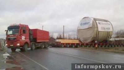 40 метров автовлак с извънгабаритно оборудване за БелАЕЦ пътува през Новгородска и Псковска област към границата с Беларус