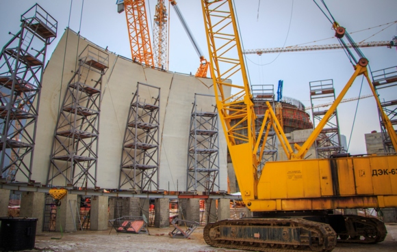 В Ленинградската АЕЦ-2 започна монтажът на купола на вътрешната защитна обвивка на реакторната сграда на изграждащия се енергоблок № 2