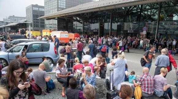Летище Хамбург е напълно обезточено: пътниците са евакуирани, а полетите са отменени