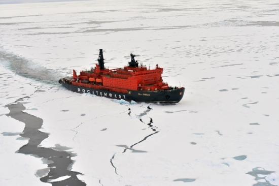 """Атомният ледоразбивач """"50 ЛЕТ ПОБЕДЫ"""" откри сезона за туристически пътувания до Северния полюс"""