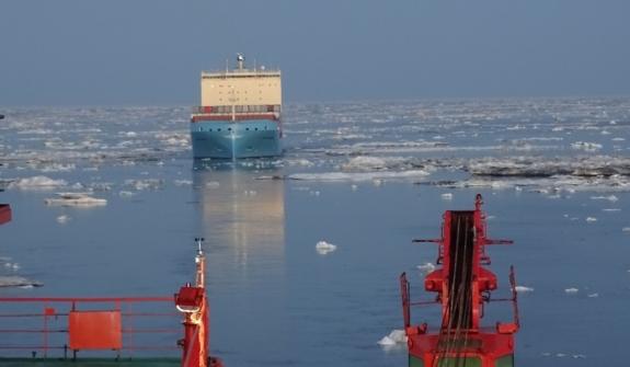 """Атомният ледоразбивач """"50 ЛЕТ ПОБЕДЫ"""" осигури безпроблемното преминаване на контейнеровоза VENTA Maersk по Северния морски път"""