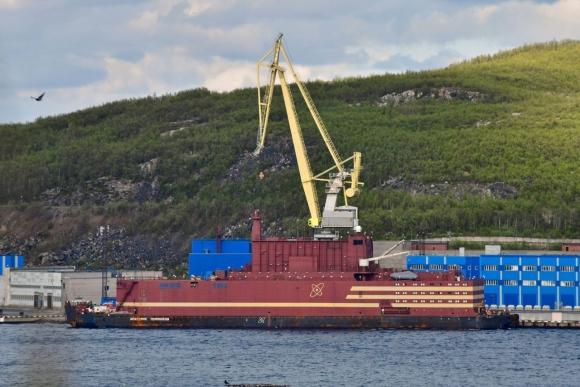 """Първият реактор на плаващия атомен енергоблок """"Академик Ломоносов""""излезе на МКУ"""