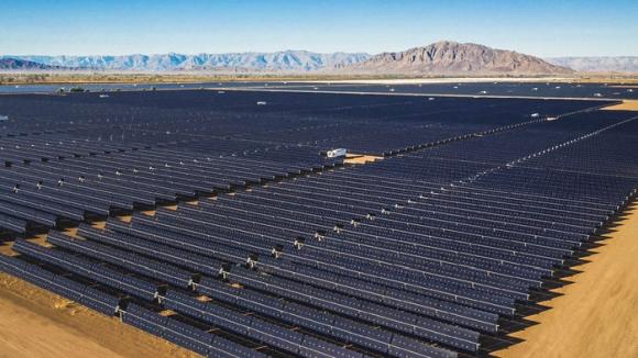 Гигантските батерии и евтината слънчева енергия изтласкват изкопаемите горива от мрежата