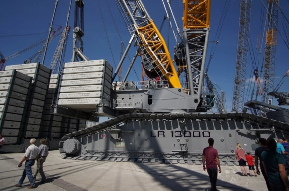 """АЕЦ """"Аккую"""" – Монтираният на строителната площадка кран Liebherr LR 13000 ще обслужва едновременно изграждането на два енергоблока"""