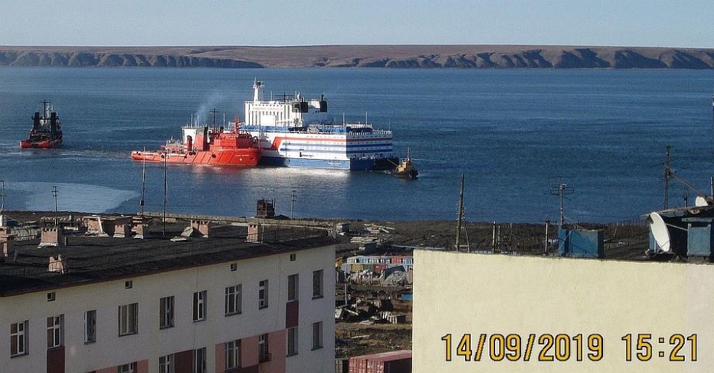 Първият плаващ енергоблок в света бе поставен на кей край руския град Певек