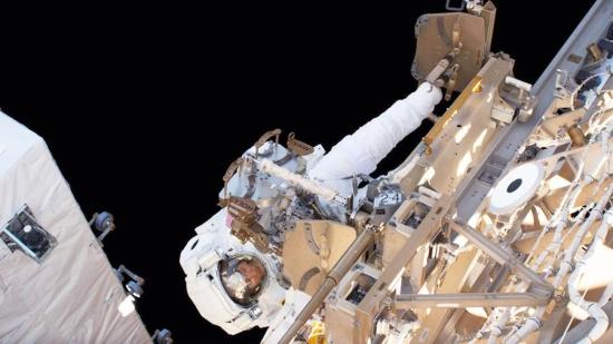 Астронавтите на НАСА се завърнаха на борда на МКС след приключване на монтажните работи
