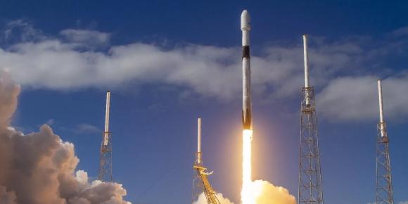 Тежката ракета-носител Falcon-9 във вторник вечерта успешно изведе нова партида от 60 мини спътника на ниска земна орбита