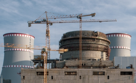 На енергоблок № 2 ВВЭР-1200 на ЛенинградскатаАЕЦ (ЛАЕЦ) завърши изграждането на свръхздравата външна защитна обвивка (оболочка) на реакторната сграда