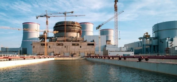 На строителната площадка на втори енергоблок на Ленинградската АЕЦ-2 продължава облицовката на сградата на реактора с термопанели