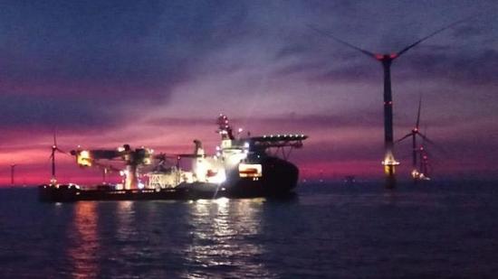 В Северно море британски кораб се блъсна във вятърна турбина: трима бяха ранени