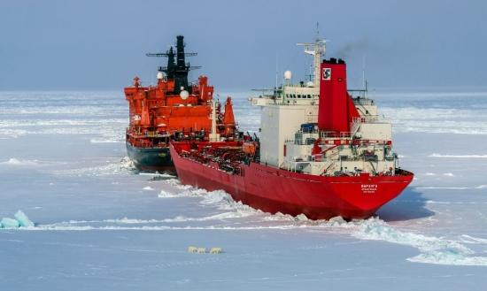 Ледоразбивачите на «Атомфлот» освободиха танкера «Варзуга», заседнал в ледовете