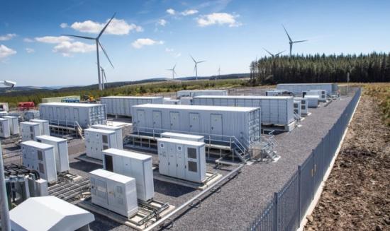 Промишлените соларни и вятърни електроцентрали все по-често се комбинират със системи за съхраняване на енергия