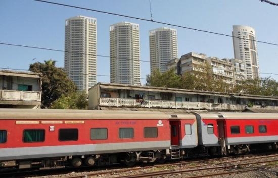 Индийските железници планират да изградят 20 GW слънчеви и вятърни мощности
