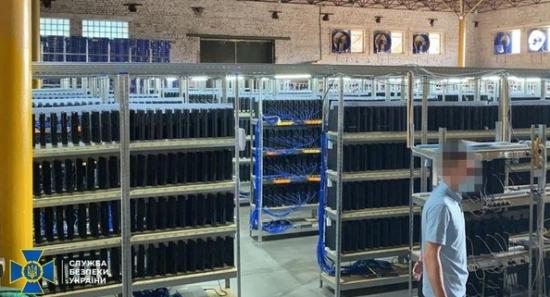 """СБУ откри във Виница най-голямата тайна криптоферма в Украйна: дилърите """"добиват"""" криптовалута точно на територията на областното енергоуправление"""