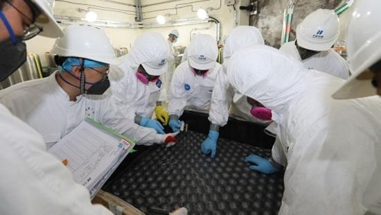 В Китай започна първото зареждане на сферични микротоплоотделящи елементи в два високотемпературни реактора HTR-PM от четвърто поколение